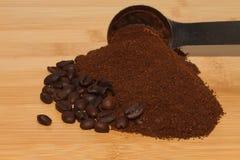 Bohnen u. Löffel Kaffee Gounds Stockfotos