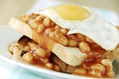 Bohnen und Ei auf Toast lizenzfreie stockfotografie