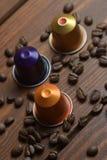 Bohnen und Kaffeekapseln Lizenzfreies Stockbild
