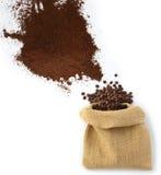 Bohnen und Kaffeepulver mit Tasche Stockfoto