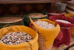 Bohnen und Linsen innerhalb Weidentöpfe stockfotos