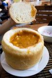 Bohnensuppe im Brot Stockfotografie