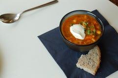 Bohnensuppe mit Kornbrot Lizenzfreie Stockfotografie