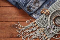 Boho样式和嬉皮织品,镯子,项链,牛仔裤 免版税图库摄影