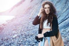 boho样式的女孩与一台照相机的海上 免版税库存照片