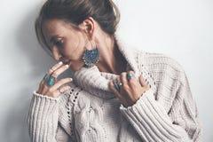Boho首饰和羊毛毛线衣在模型 免版税库存图片