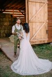 Boho-ähnliche Jungvermählten gehen auf Ranch, Sommer stockbilder