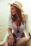 Boho ввело модель в моду на пляже Стоковое Фото