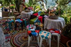 Boho chic inre i grekisk taverna Arkivfoto
