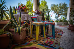 Boho chic terrass i grekisk taverna Royaltyfri Foto