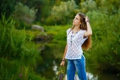 Boho de la muchacha del adolescente con el ramo de wildflowers Fotos de archivo