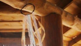 Boho Dreamcatchers avec des rubans comme décoration d'un banquet en bois rural Hall clips vidéos