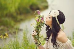 Boho dziewczyny obwąchania bukiet wildflowers Obrazy Stock