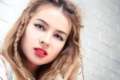 Boho dziewczyny portret przy Białym ściana z cegieł tłem Fotografia Royalty Free