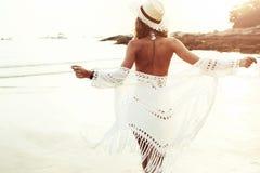 Boho gestileerd model op het strand stock afbeeldingen
