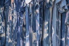 Boho-Hippieschatten der blauen Bindung starben die Kleider, die an einem Gestell hängen stockfotografie