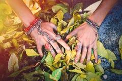 Boho jesieni mody kobiety ręki z udziałem pierścionki i bransoletki zdjęcia stock