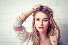 Boho-Mädchen-Porträt am weißen Backsteinmauer-Hintergrund Lizenzfreie Stockfotografie