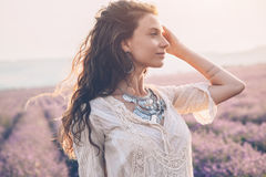 Boho redete Modell auf dem Lavendelgebiet an lizenzfreies stockbild