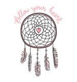 Boho-Schablone mit inspirierend Zitatbeschriftung - ` folgen Ihrem Herz ` Vektor, ethnisch, Druckdesign mit dreamcatcher stock abbildung