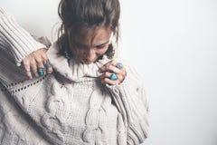 Boho smycken och woolen tröja på modell royaltyfria foton