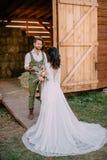 Boho-stil nygifta personer går på ranchen, sommar arkivbilder