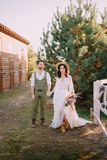 Boho-stil nygifta personer går på ranchen, sommardag arkivfoto
