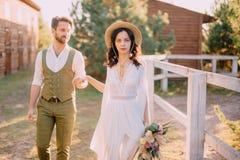 Boho-stil nygifta personer går på ranchen, sommardag royaltyfri fotografi