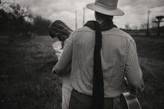 boho Zigeunerin und Mann im Hut umfassend auf dem windigen Gebiet stilvoll Lizenzfreies Stockbild