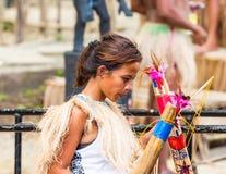 BOHOL, ФИЛИППИНЫ - 23-ЬЕ ФЕВРАЛЯ 2018: Портрет девушки, взгляд со стороны фокуса съемка outdoors селективная стоковая фотография rf