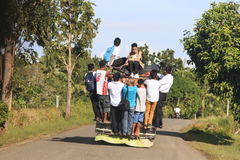 Bohol, Filipinas - 12 de janeiro de 2015: Povos no jeepney tradicional colorido do ônibus nas Filipinas Imagens de Stock