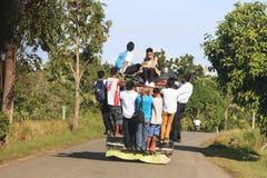 Bohol Filippinerna - Januari 12, 2015: Folk i färgrik traditionell bussjeepney i Filippinerna Arkivbilder