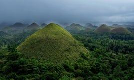 Bohol, Philippinen Schokoladen-Hügel mit tiefem dunklem bewölktem Himmel, Philippinen Ansicht von Schokoladen-Hügeln Panoramablic Lizenzfreie Stockfotografie