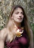 Bohomeisje, tiener met bohoparels, boho gestileerde manier stock fotografie