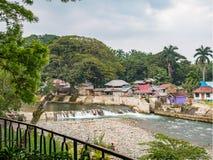 Bohorok flod på lågvattensikten från Ecolodge Bukit Lawang Arkivfoton