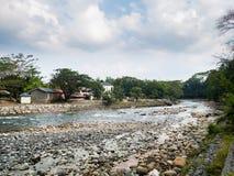 Bohorok flod på lågvattensikten från Ecolodge Bukit Lawang, Indonesien Royaltyfria Foton