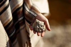 Bohovrouw die in hand maan gevormde geweven steen houden bij rivier B stock foto