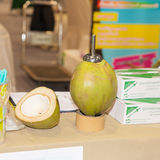 Bohren Sie eine Kokosnuss lizenzfreie stockbilder