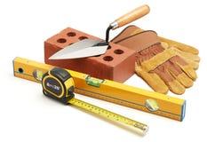 Bohren Sie, elektrische Säge, Bandmaß, Schrauben, Bleistiftzeichnung und Lüge auf den hölzernen Planken Stockfotos