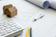 Bohren Sie, elektrische Säge, Bandmaß, Schrauben, Bleistiftzeichnung und Lüge auf den hölzernen Planken Reparieren Sie Arbeit Zei Stockbild