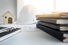Bohren Sie, elektrische Säge, Bandmaß, Schrauben, Bleistiftzeichnung und Lüge auf den hölzernen Planken Reparieren Sie Arbeit Zei Lizenzfreies Stockbild