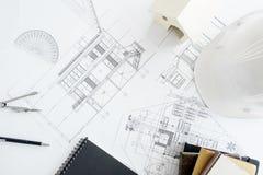 Bohren Sie, elektrische Säge, Bandmaß, Schrauben, Bleistiftzeichnung und Lüge auf den hölzernen Planken Reparieren Sie Arbeit Zei Lizenzfreie Stockbilder