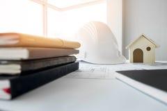 Bohren Sie, elektrische Säge, Bandmaß, Schrauben, Bleistiftzeichnung und Lüge auf den hölzernen Planken Reparieren Sie Arbeit Zei Lizenzfreies Stockfoto