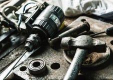 Bohren Sie Maschine, Hammer und einige Mechanikerwerkzeuge stockfotos