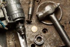 Bohren Sie Maschine, Hammer und einige Mechanikerwerkzeuge stockbild