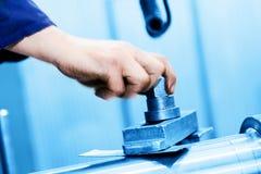 Bohrende und Bohrmaschine bei der Arbeit Industrie, industriell stockfotos