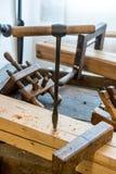 Bohrer steht in einem Holzbalken Lizenzfreie Stockfotos