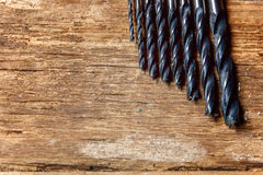 Bohrgeräte auf einer Holzoberfläche stockfotografie