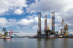 Bohrinsel in der Werft Stockbilder