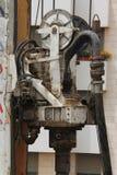 Bohrmaschine bei der Arbeit. Schwenker und Schneckenwelle stockfotos
